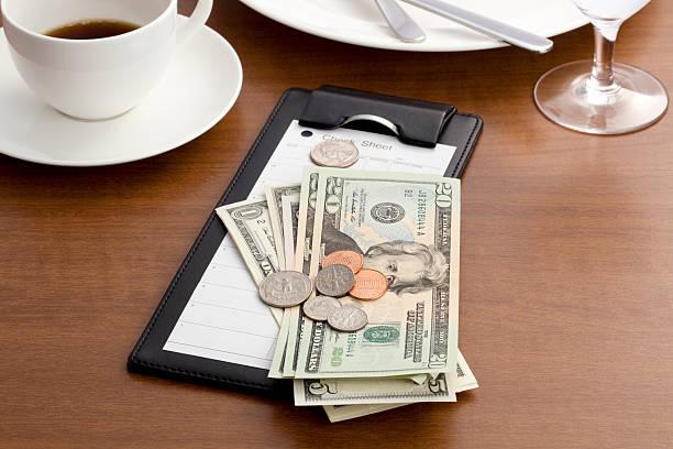 hóspede verificar com dinheiro e moeda - cabeça - fotografias e filmes do acervo