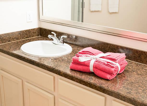 die handtücher im badezimmer - badmöbel gäste wc stock-fotos und bilder