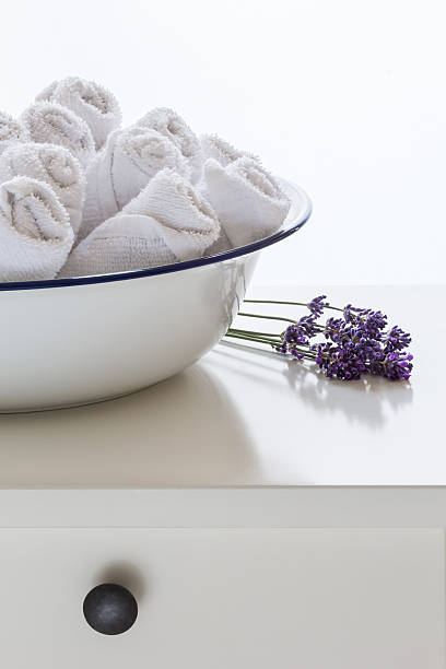 die handtücher - badmöbel gäste wc stock-fotos und bilder