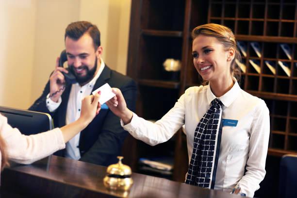 goście, którzy otrzymują kartę do klucza w hotelu - hotel zdjęcia i obrazy z banku zdjęć