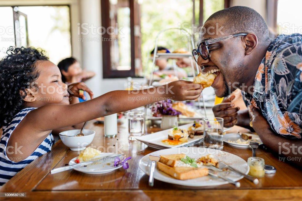 Gäste mit Frühstück im Hotel-restaurant – Foto