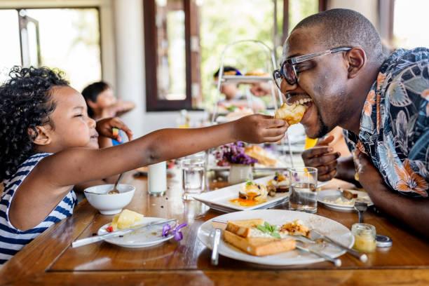 huéspedes tomar el desayuno en el hotel restaurant - desayuno fotografías e imágenes de stock