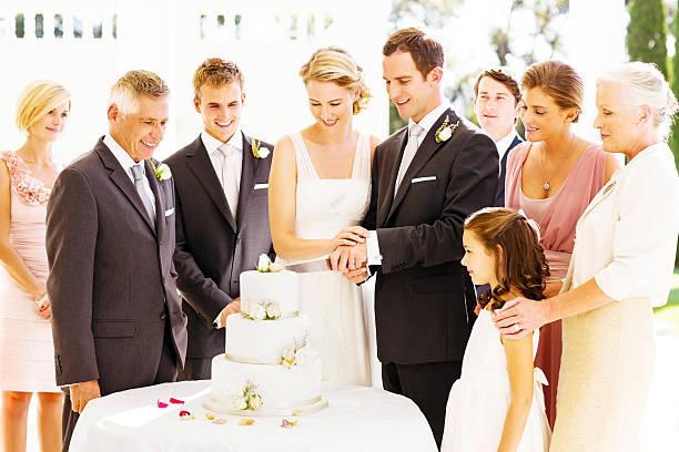 gäste von braut und bräutigam schneiden kuchen beim empfang - hochzeitskleid über 50 stock-fotos und bilder