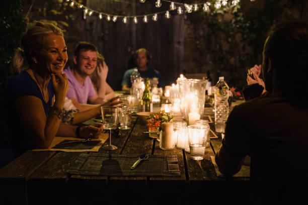 gäste bei einer dinnerparty reden - ferienhaus toskana stock-fotos und bilder