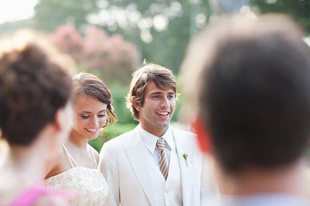 gäste vor braut und bräutigam - hochzeitskleid über 50 stock-fotos und bilder