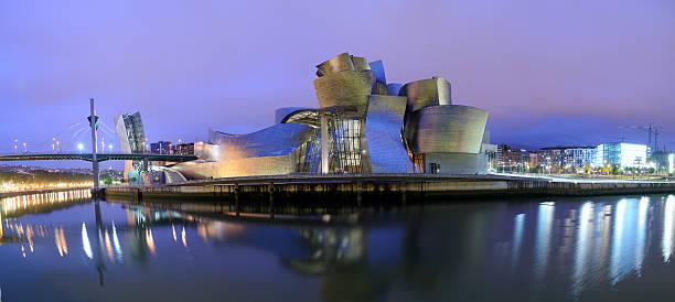 Guggenheim-Museum Bilbao bei Nacht – Foto
