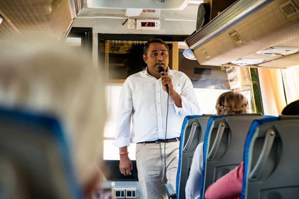 guide talking mit touristen - tour bus stock-fotos und bilder