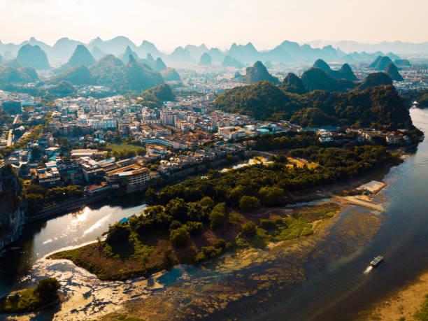 계 림 항공 뷰 리 강과 중국에서 멋진 바위 - 카르스트 지형 뉴스 사진 이미지