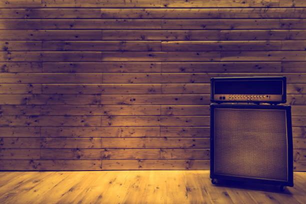 吉他放大器在木牆壁和地板, 音樂演播室圖像檔