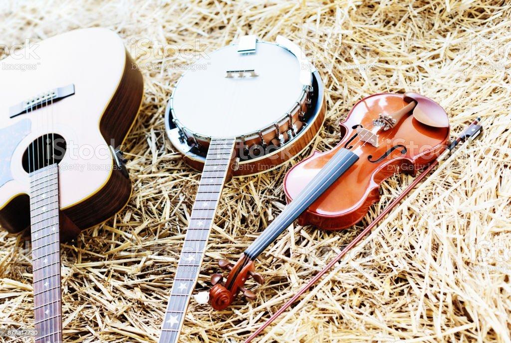 Guitarra, banjo e violino na palha - foto de acervo