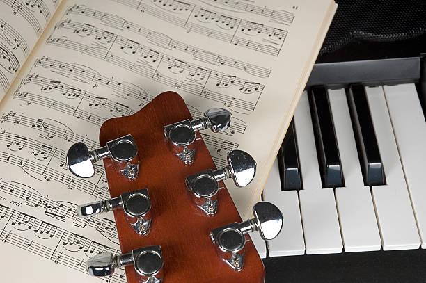 gitarre und noten und klavier - piano noten stock-fotos und bilder
