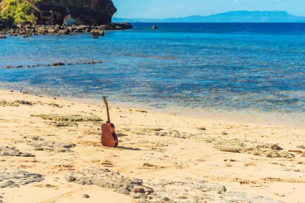 Gitarre am Sandstrand, Fidschi. – Foto
