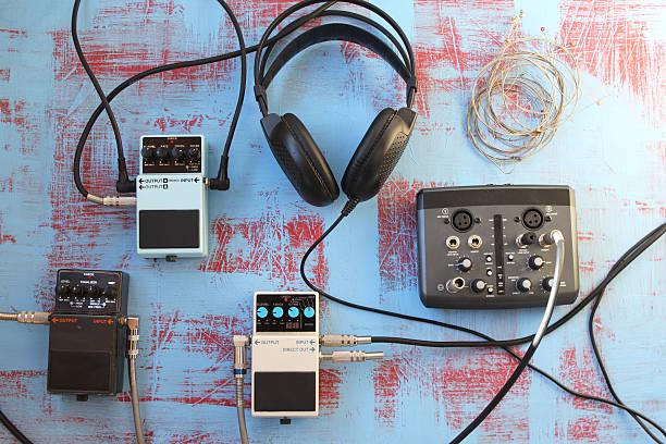 Guitar pedal, headset, audio card and guitar strings圖像檔