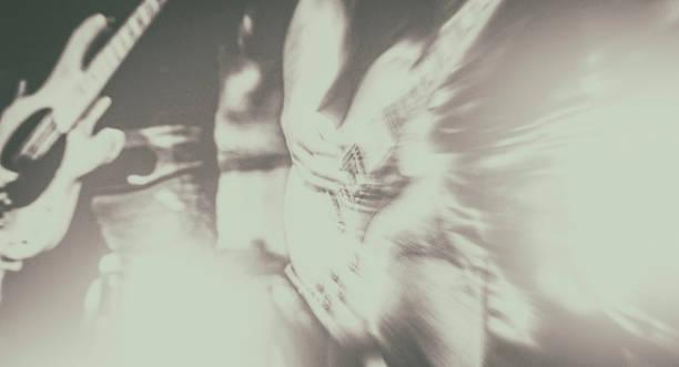 Le mouvement de joueur de guitare brouillé sur l'étape - Photo