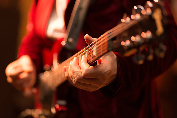gitarrenspieler auf der bühne - blues stock-fotos und bilder
