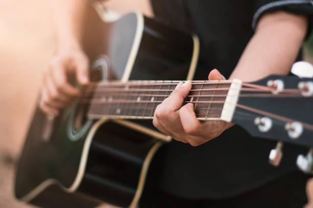 アコースティック ギター ギター プレーヤーをクローズ アップ - ギター ストックフォトと画像