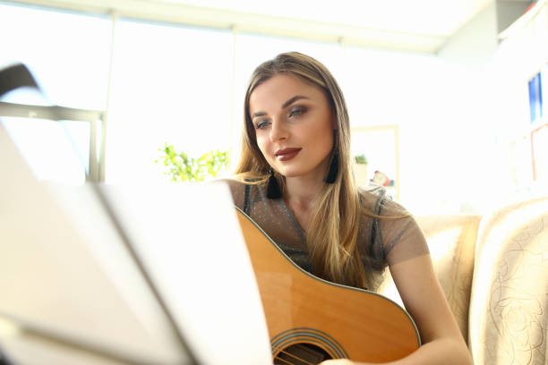 gitarre spielen lektion pretty girl hold instrument - natürliche make up kurse stock-fotos und bilder
