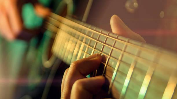ギターの演奏します。人間再生アコースティック ギター クローズ アップ - ギター ストックフォトと画像