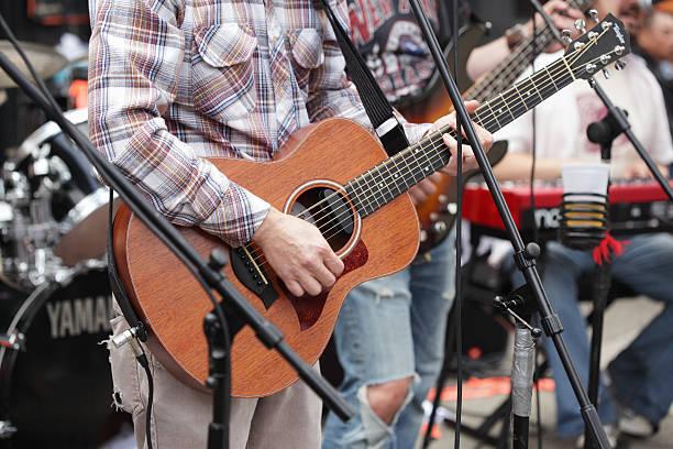 Gitarrist und band spielen außerhalb Hank's Saloon in Brooklyn – Foto
