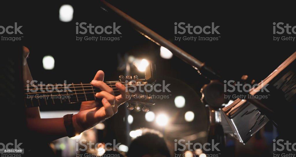 Gitarrist auf der Bühne. Gitarristen spielen Gitarre, weich und Konzept zu verwischen. – Foto