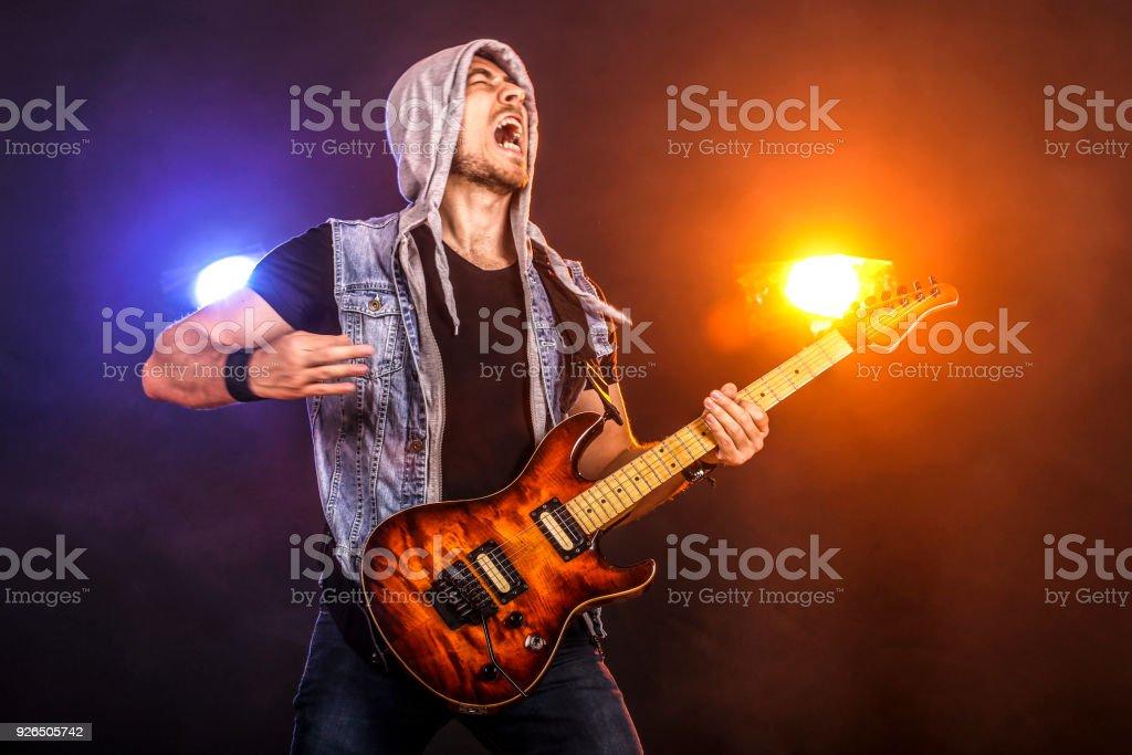 Gitarrist live spielen – Foto