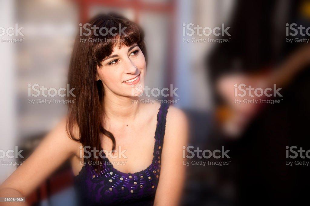 Guitarrista seranades joven mujer en la cafetería al aire libre. Artista ambulante. foto de stock libre de derechos