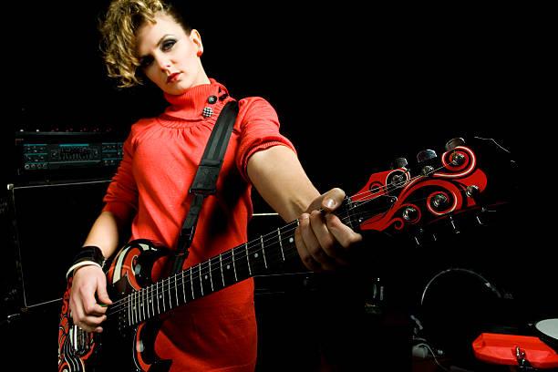 gitarrist frau in rot - rock n roll kleider stock-fotos und bilder