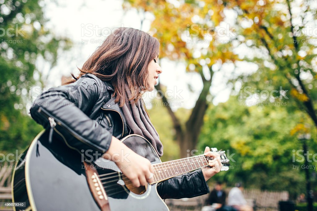 Guitarrista mujer en el parque de Washington Square - foto de stock
