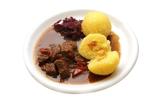 gulasch mit knã¶deln und rotkohl - rezept rotkraut stock-fotos und bilder