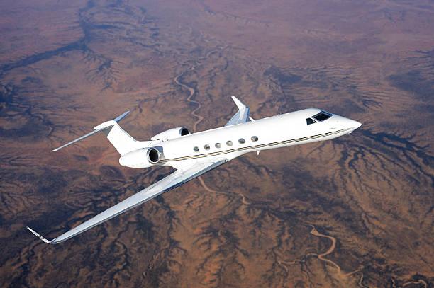 Gulfstream jet fliegt über die Wüstenlandschaft – Foto