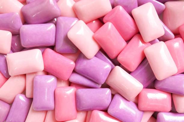 kauwgom. een verschillende tinten van roze en paarse gom voor voedsel patroon als achtergrond. - kauwgom stockfoto's en -beelden
