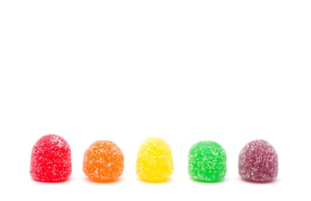 gummibärchen auf weißem hintergrund - grape sugar stock-fotos und bilder