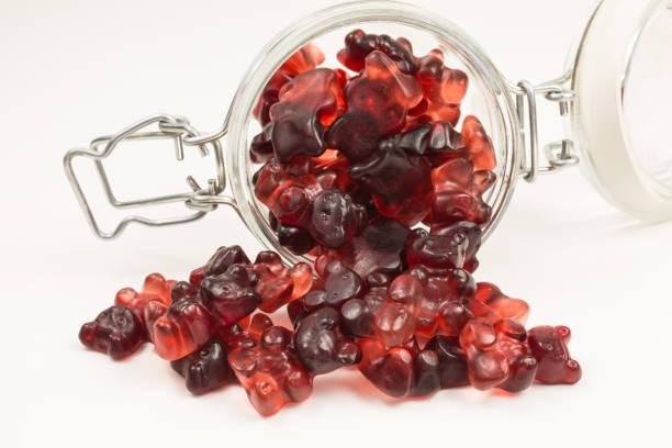 gummibärchenbonbons in glasgefäß - roter holunder stock-fotos und bilder