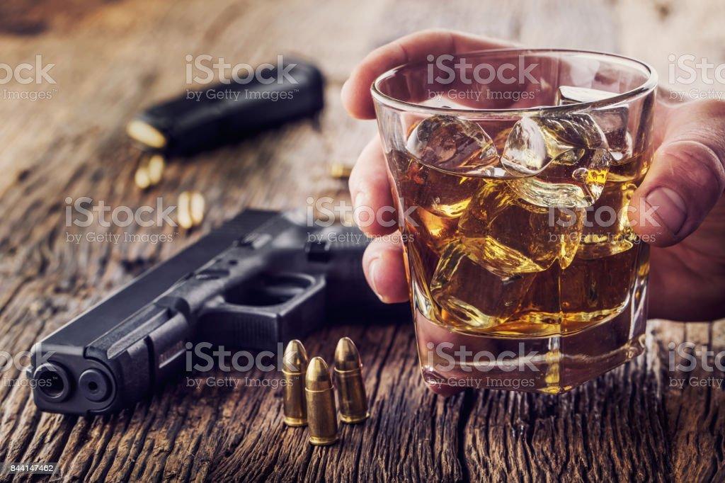 Silah Ve Alkol 9mm Tabanca Silah Ve Kupası Viski Konyak Ya Da Brendi