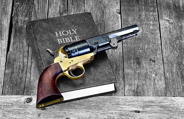gun and bible. - 大比大 聖經人物 個照片及圖片檔