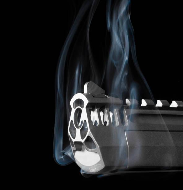 Pistole mit Rauch aus dem Fass – Foto