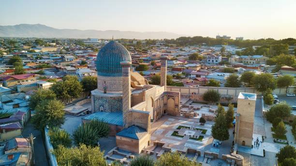 gur-e-amir mausoleum in centrale samarkand, oezbekistan langs de oude zijderoute - oezbekistan stockfoto's en -beelden