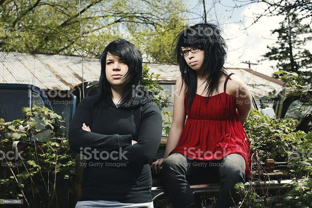 Ragazzo e ragazza in rustico camion foto stock royalty-free
