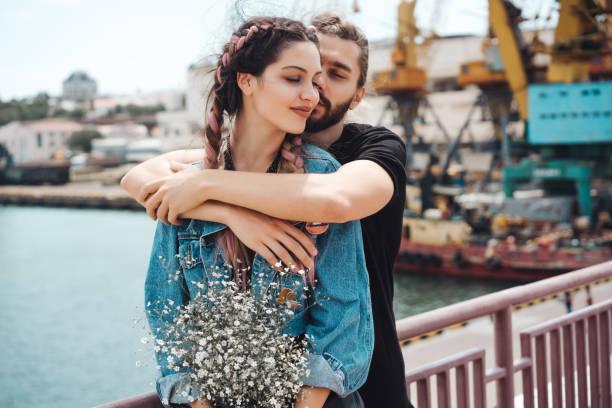 mann und ein mädchen am pier - emoticon hug stock-fotos und bilder