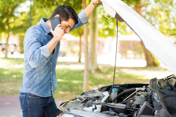guy calling road assistance - stranded stock pictures, royalty-free photos & images