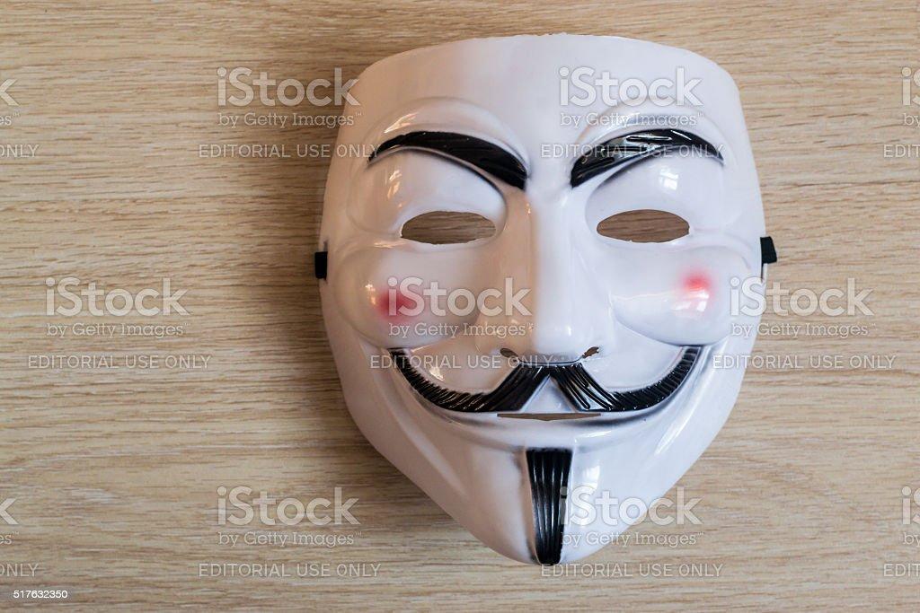 Guy Fawkes Maske auf einem hölzernen Hintergrund – Foto