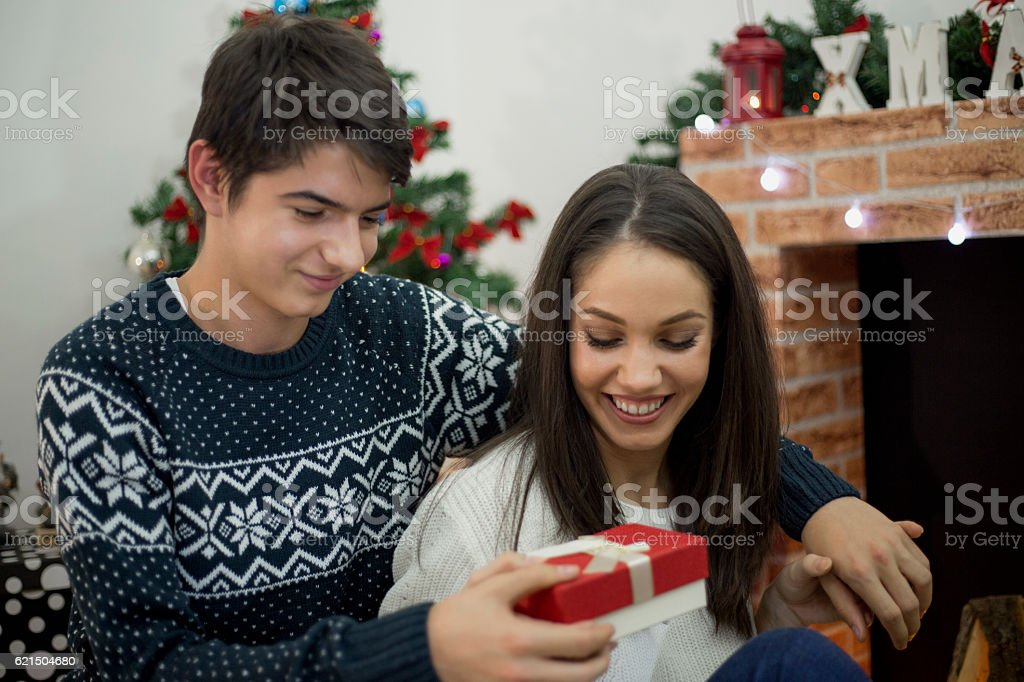 Guy gives a sweet girl a gift. foto stock royalty-free