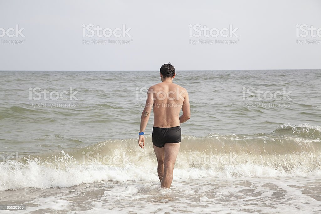 guy va piscina en la playa foto de stock libre de derechos
