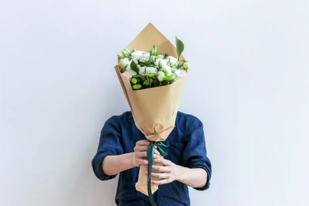 Kerl halten weißen Blumenstrauß – Foto