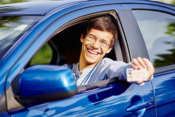 Mann in Auto mit Führerschein – Foto