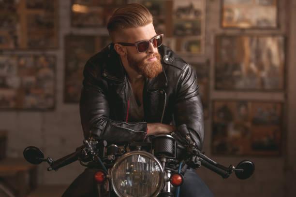 guy in motorrad-werkstatt - motorrad männer stock-fotos und bilder