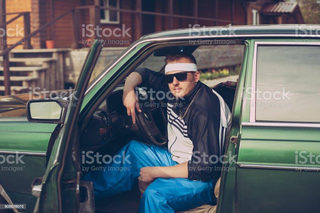 cara na década de noventa se senta ao volante de um carro - foto de acervo