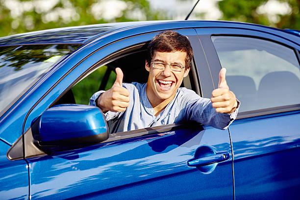 Mann im Auto mit Daumen hoch – Foto