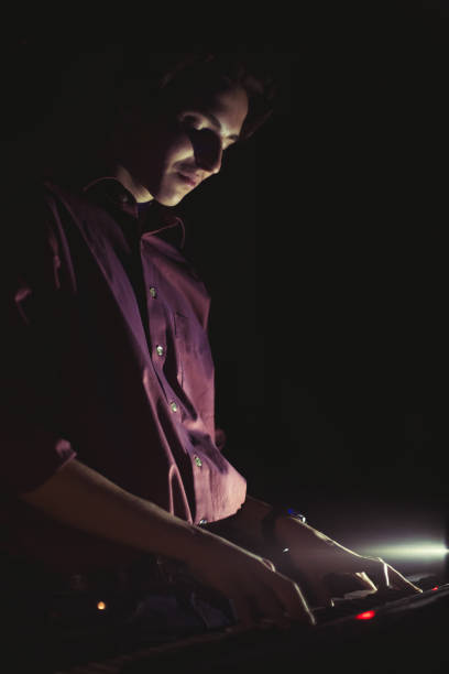 typ spielt auf synthesizer-tastatur - bands der 90er stock-fotos und bilder