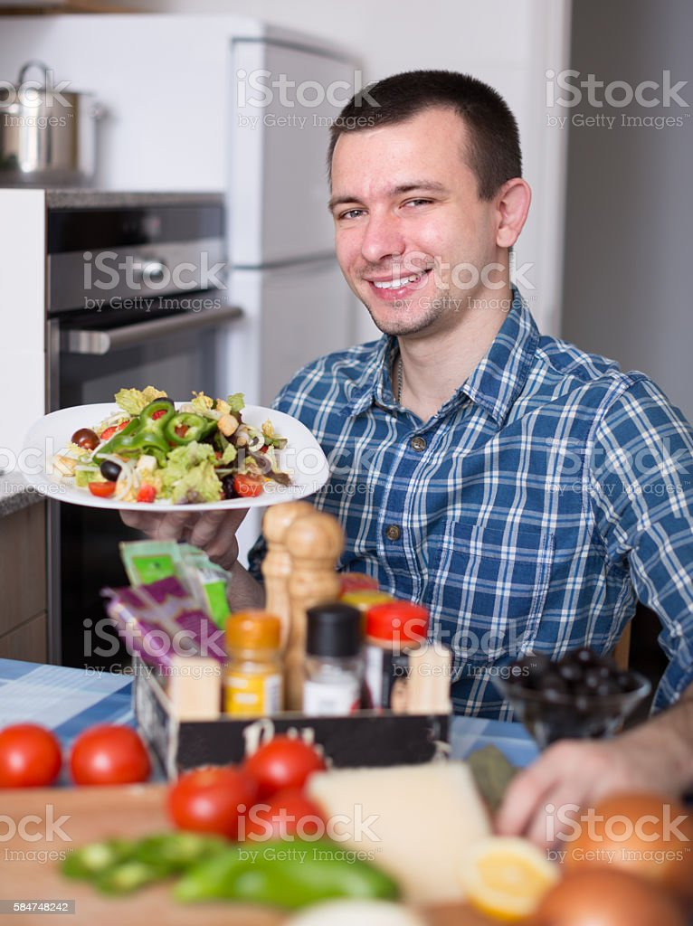 guy posing with a plate of salad – Foto